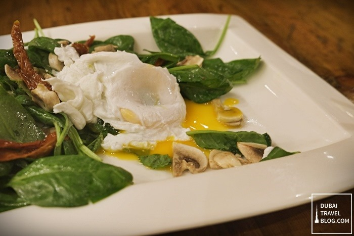 spinach salad with egg and sundried tomatoes